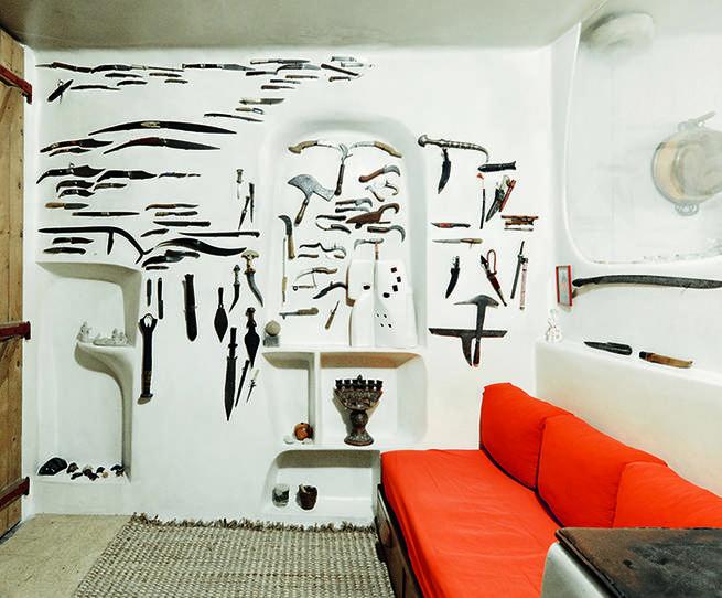 L'appartement de l'artiste Valentine Schlegel, en 2017. Au mur, sa collection de couteaux.