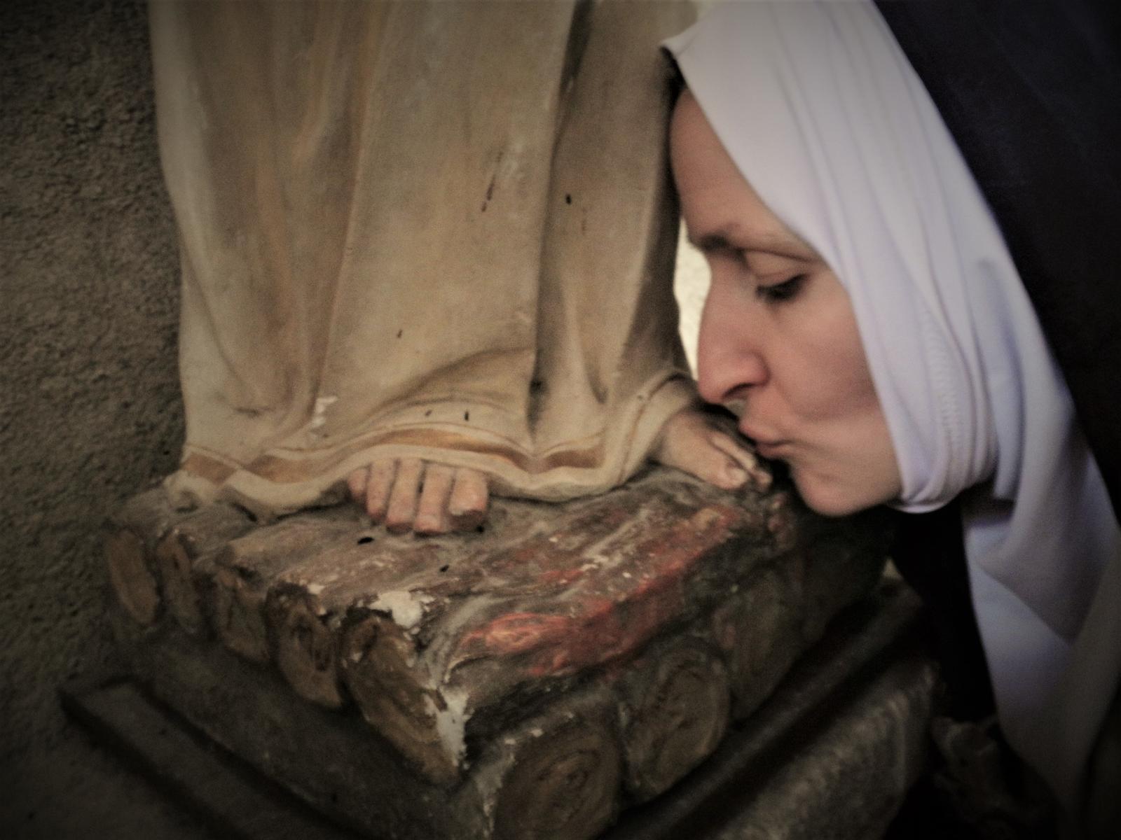 Sister Sardine, Kissing feet, 2021. Photo: Aline Hémagi Fernande and Marion Minotti.