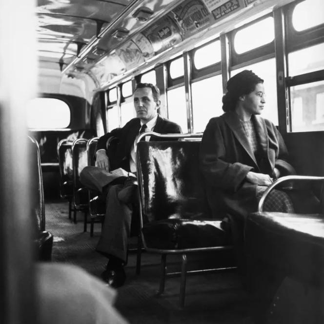 Reconstitution, le 21 décembre 1956 : Rosa Parks est assise à l'avant d'un bus à Montgomery (Alabama), comme lors de son arrestation. Crédits : Bettmann - Getty.